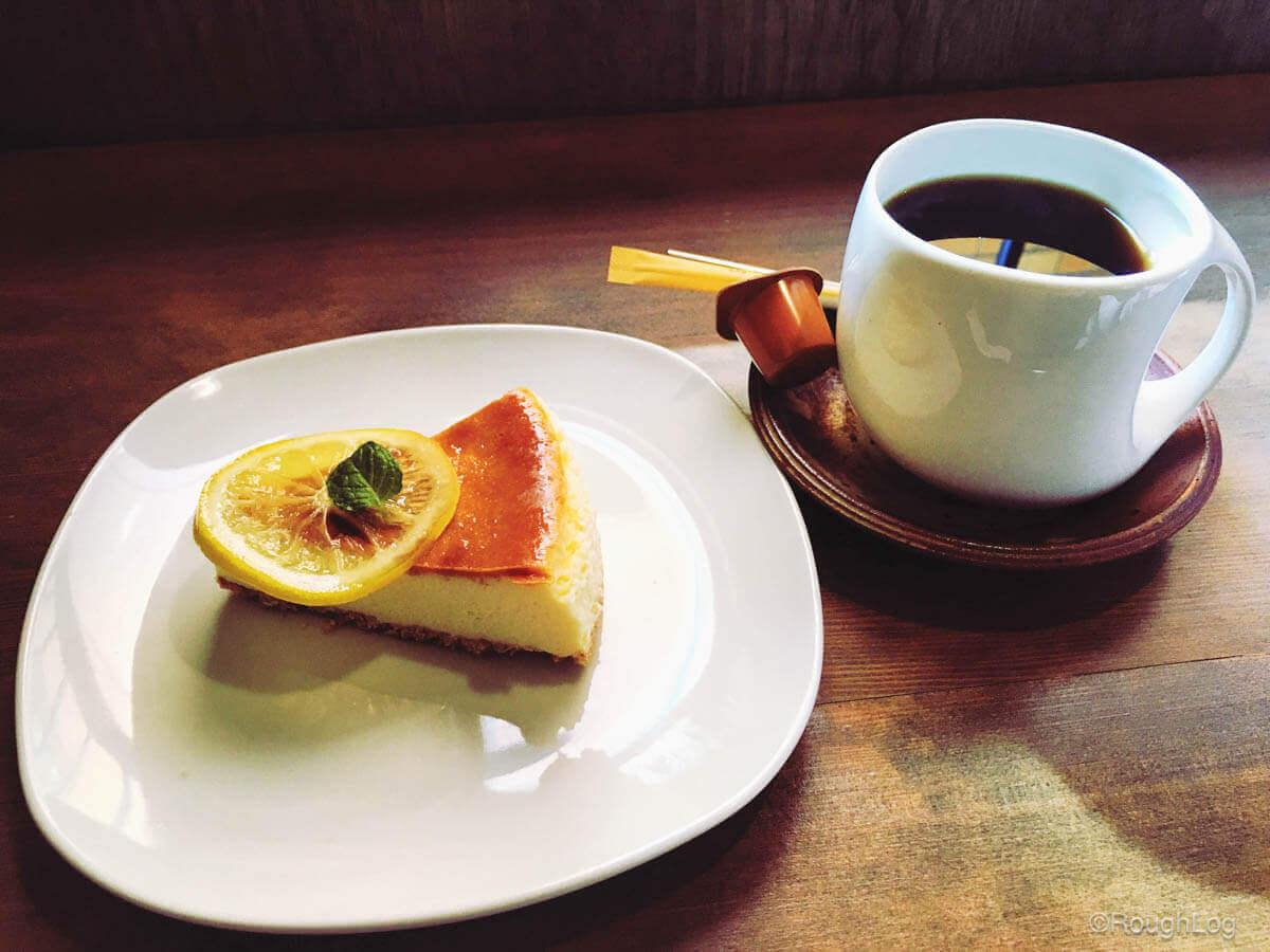 カフェ ティムニーのコーヒーとケーキ