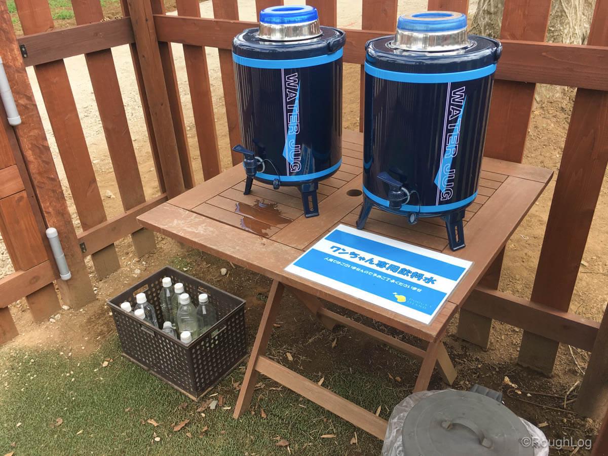 ドギーズアイランドのドッグラン入口にはワンちゃん専用飲料水やゴミ箱が設置