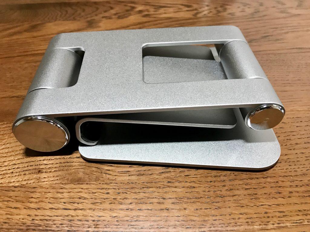 Satechi R1 タブレットスタンドは折り畳んだ状態だと、およそ143mm×115mm×33mmと結構コンパクトです。重さも340gと見た目以上に軽いので、バッグに入れて持ち歩くこともできそうです。