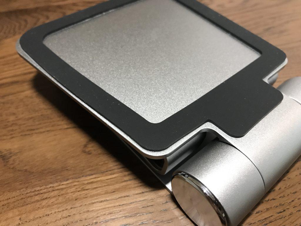 Satechi R1の底にはゴムが貼られていますので、デスクやテーブルの上で滑る心配もなさそう