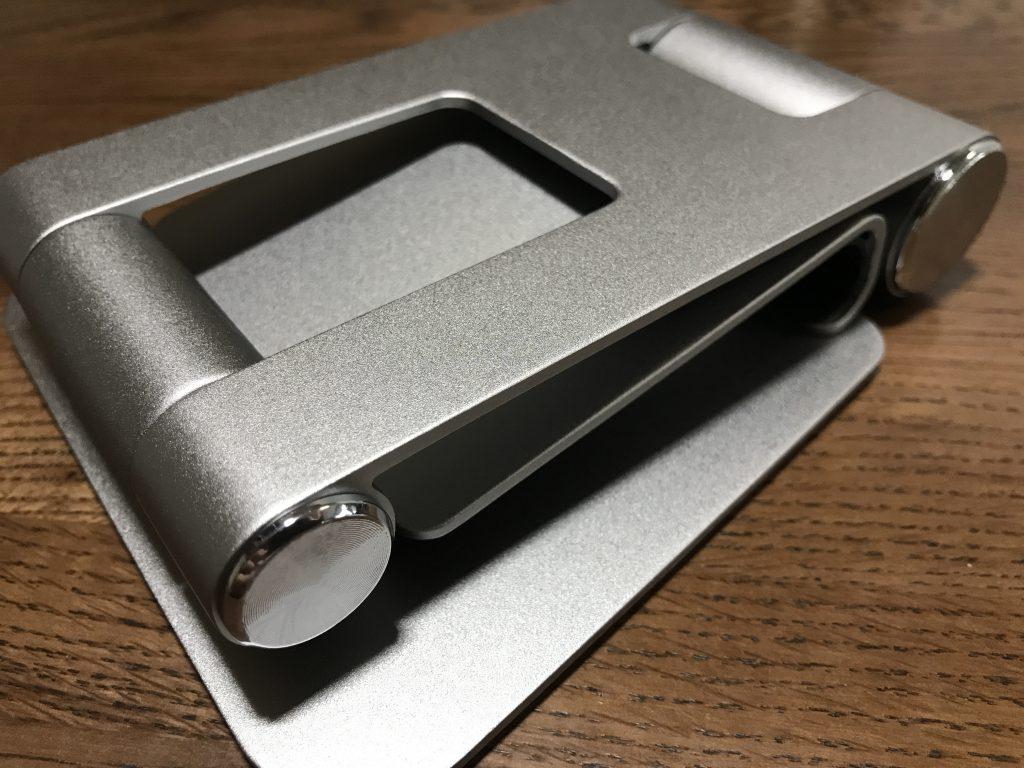 Satechi R1 タブレットスタンドの中身はスタンド本体のみ。折り畳まれた状態で箱に入っています。