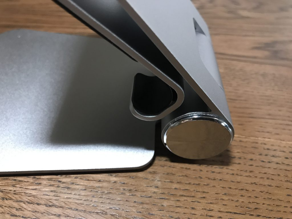 Satechi R1のヒンジ部分は硬めにできおり、高さや角度を調整してもそこからズレることなく安定しています