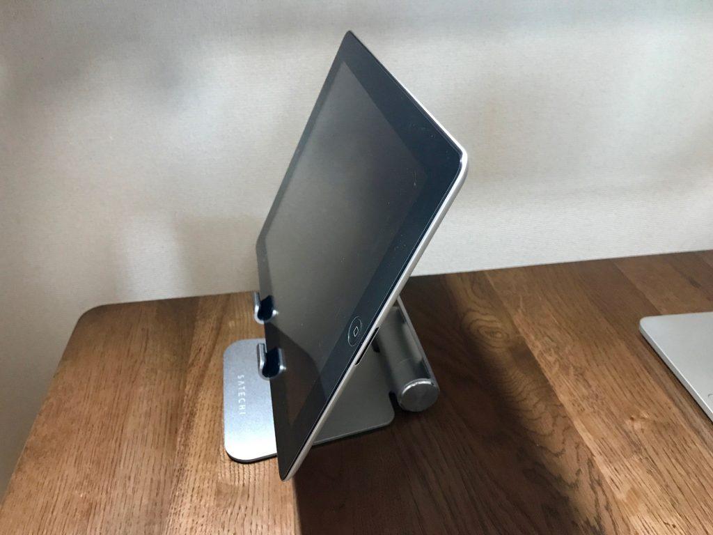 Satechi R1 タブレットスタンドにiPadを置いてみた