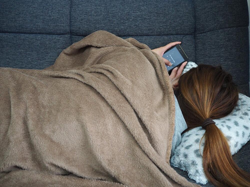 ソファで横になりながらスマホ操作