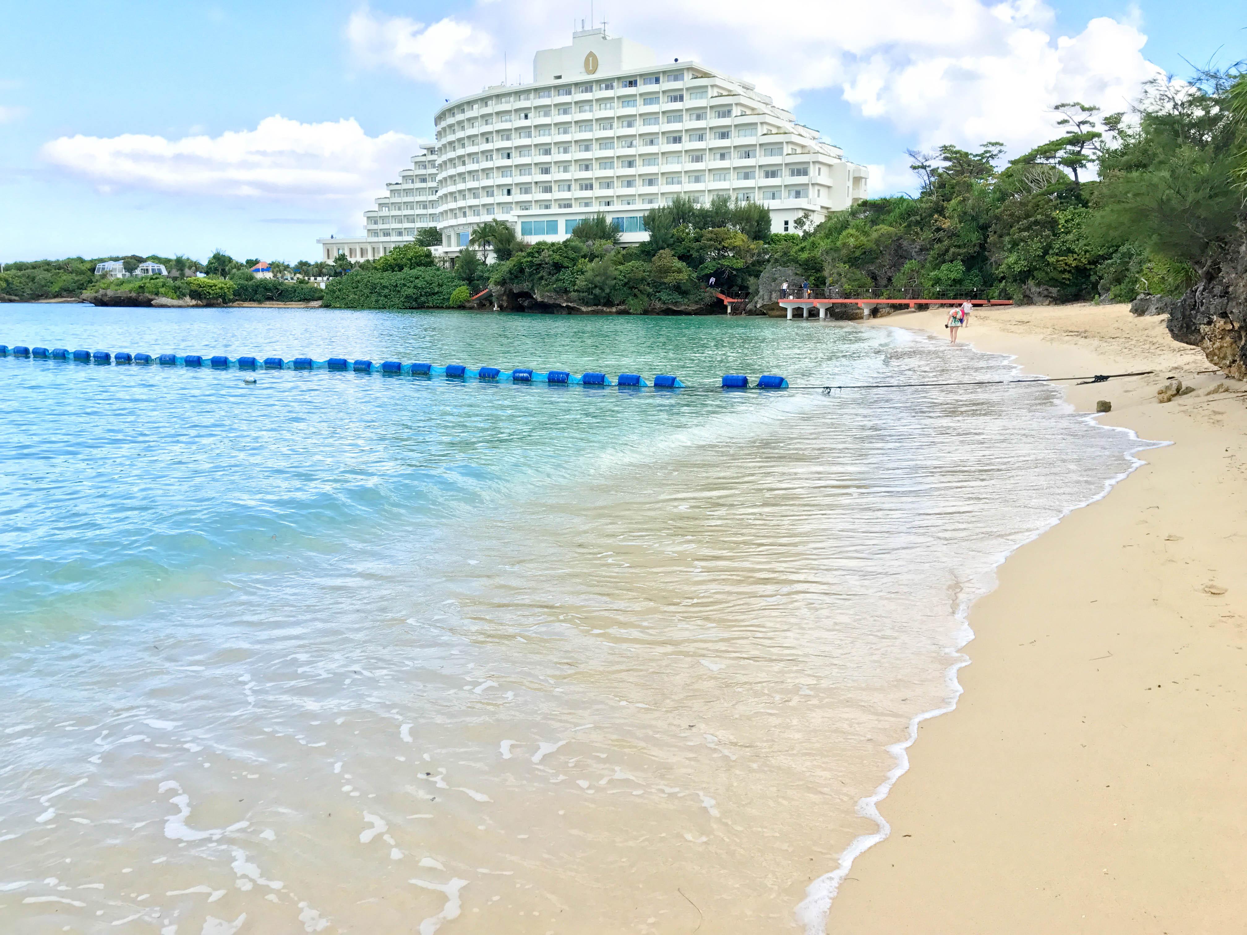 万座ビーチとANAインターコンチネンタル万座ビーチリゾートホテル