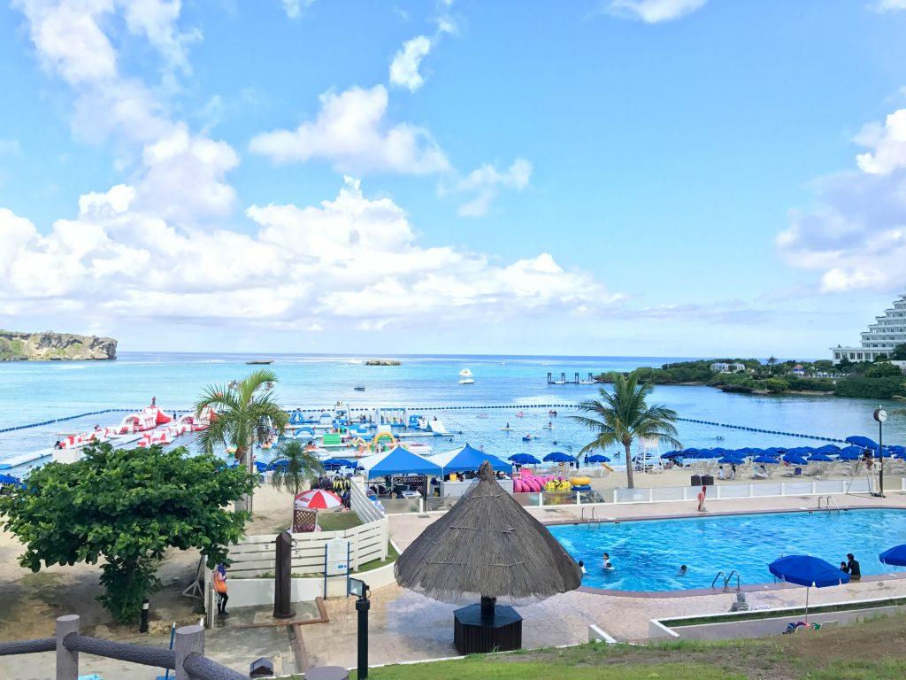 万座ビーチとビーチサイドプール