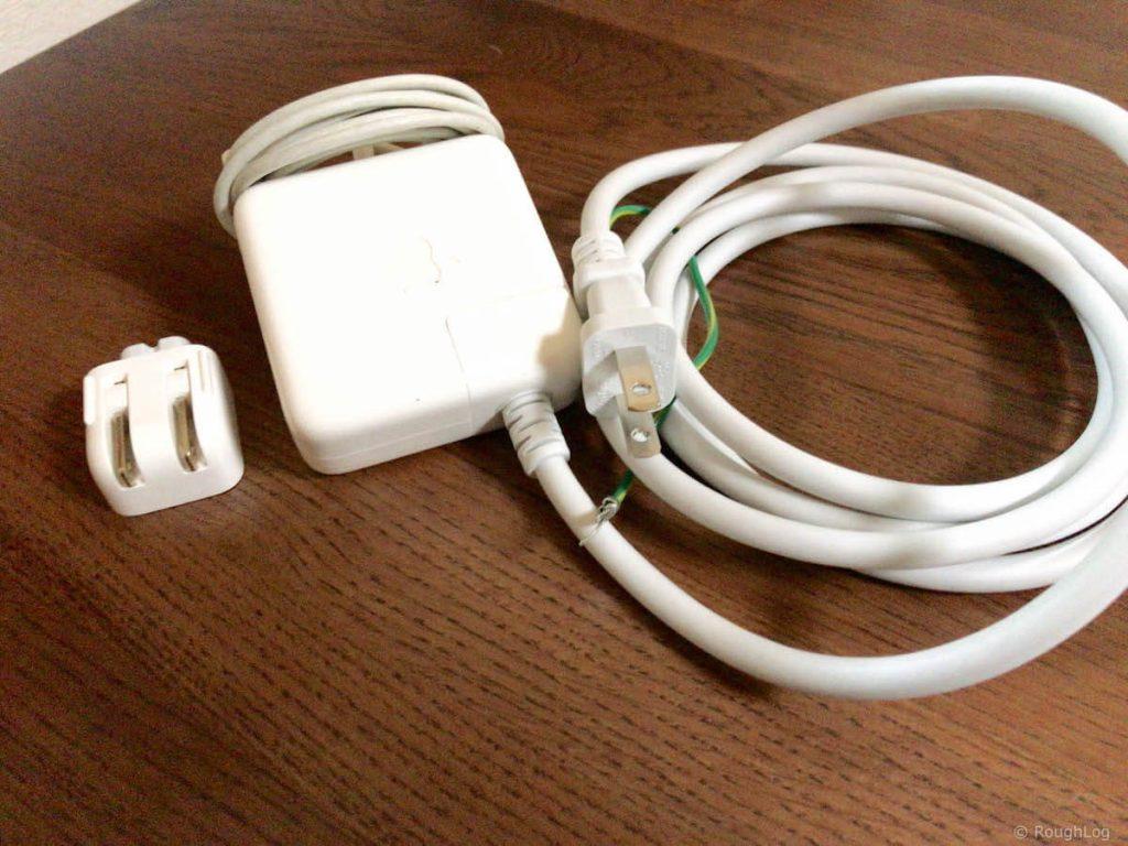 MacBook Airの電源アダプターを手入れ