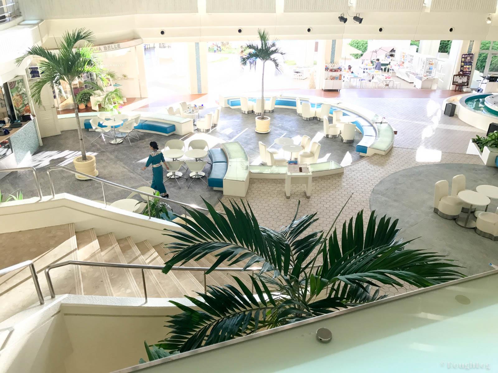 ANAインターコンチネンタル万座ビーチリゾートのホテルロビーからプールへ直結している