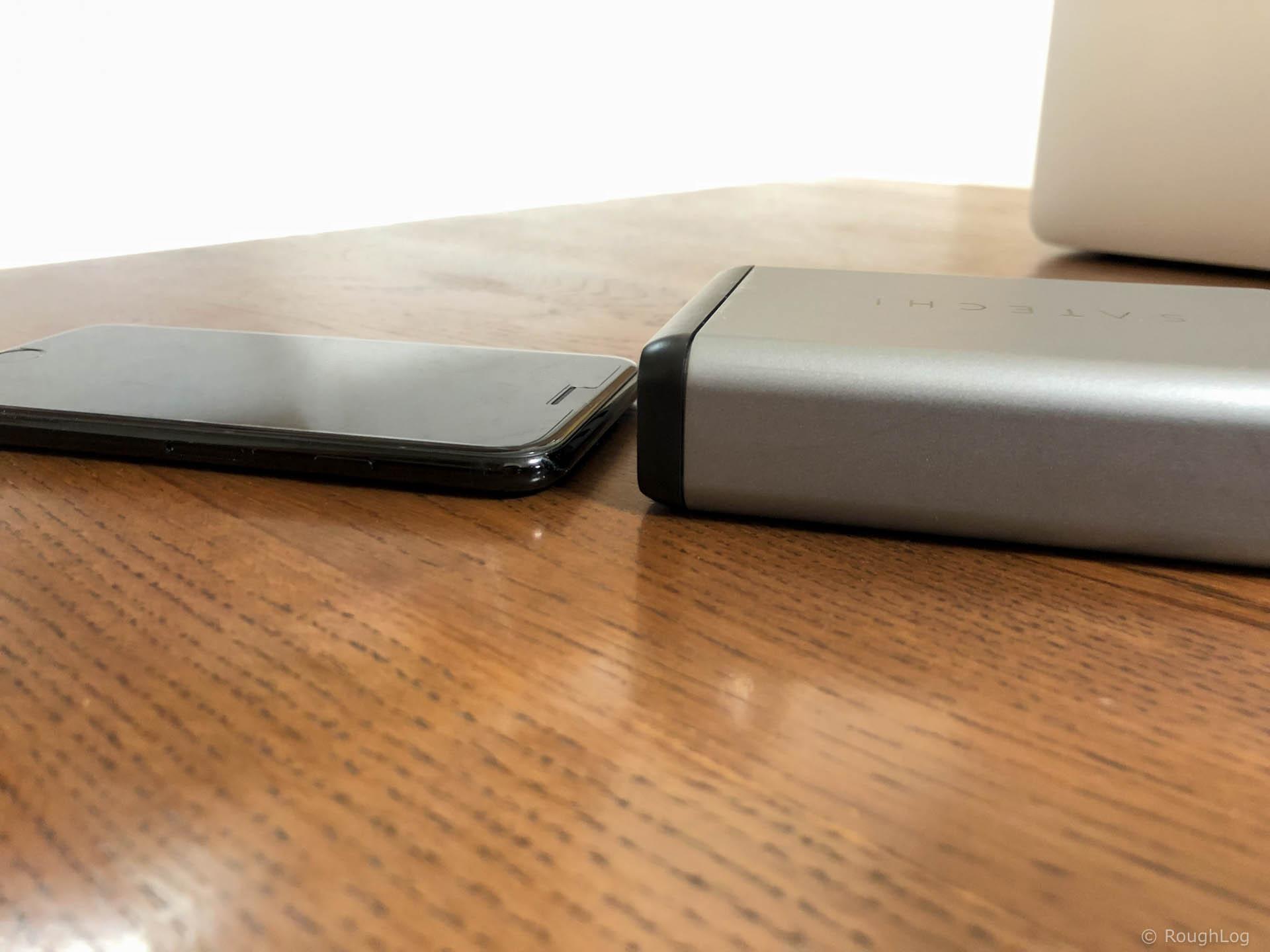 Satechi Type-C トラベルチャージャーとiPhone7のサイズを比較