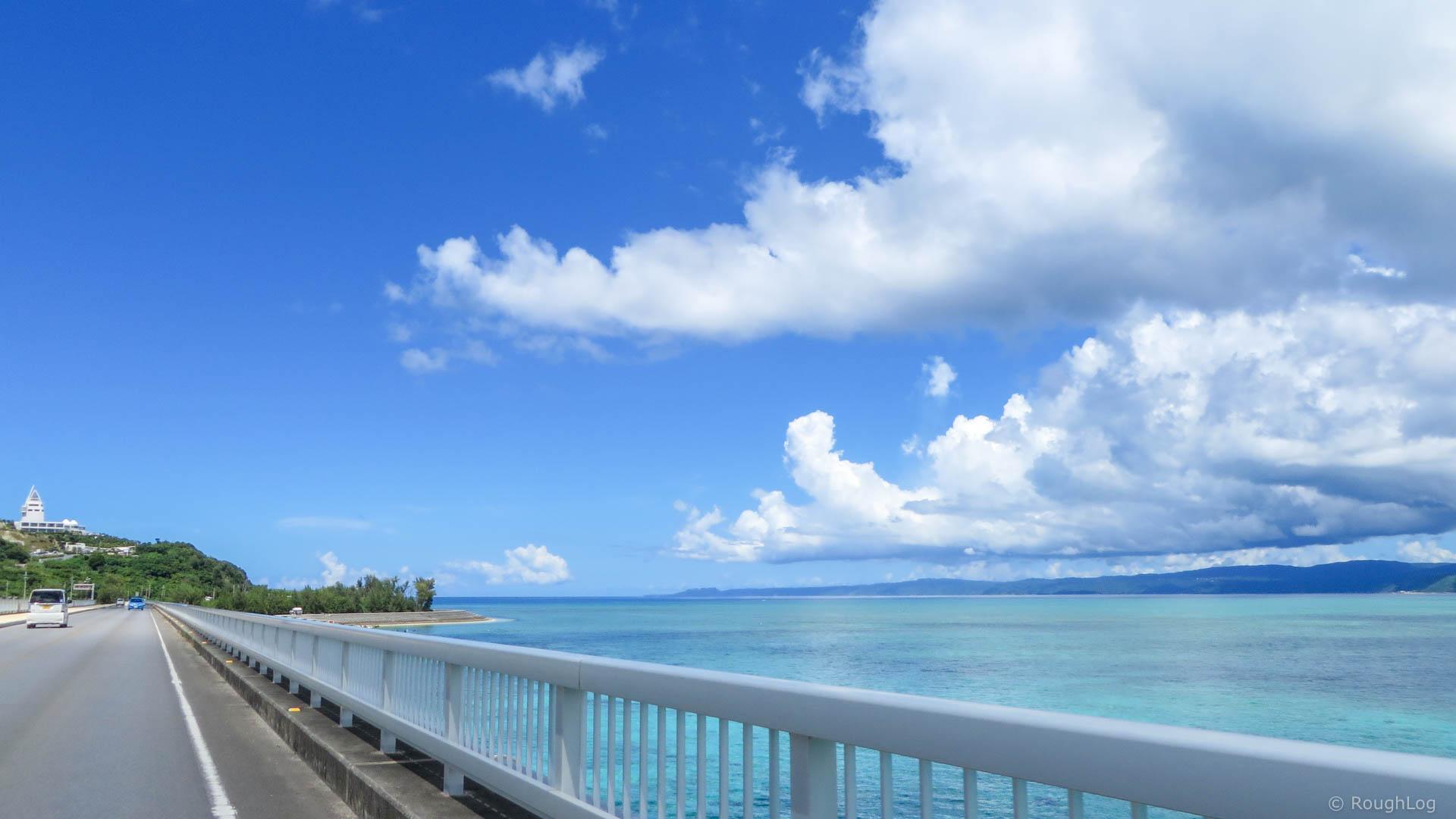 古宇利大橋からエメラルドグリーンの海に囲まれた「古宇利島」を眺める