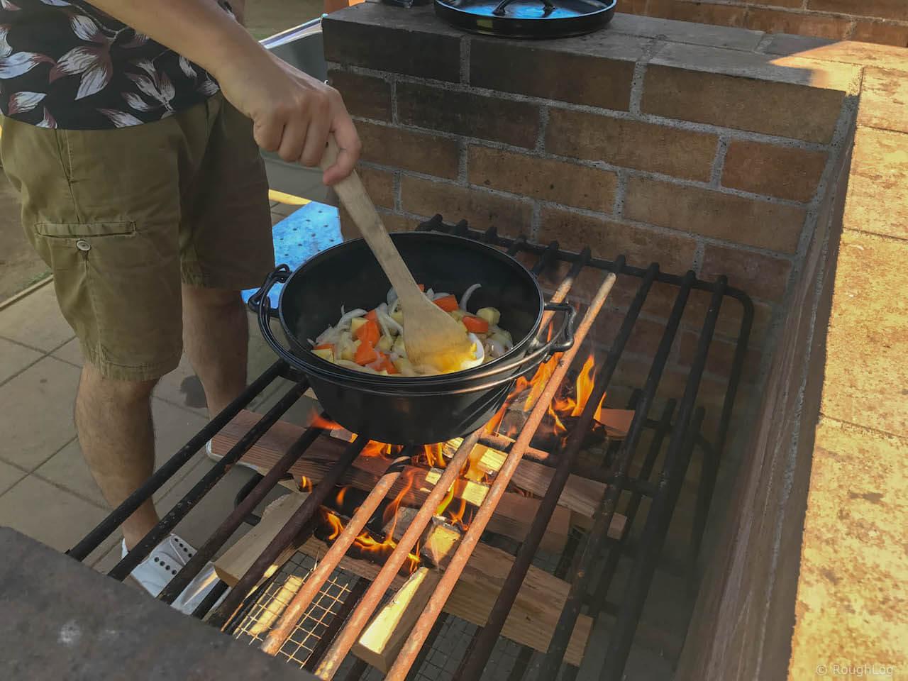 本格的なダッチオーブンで調理するFARMカレーセット