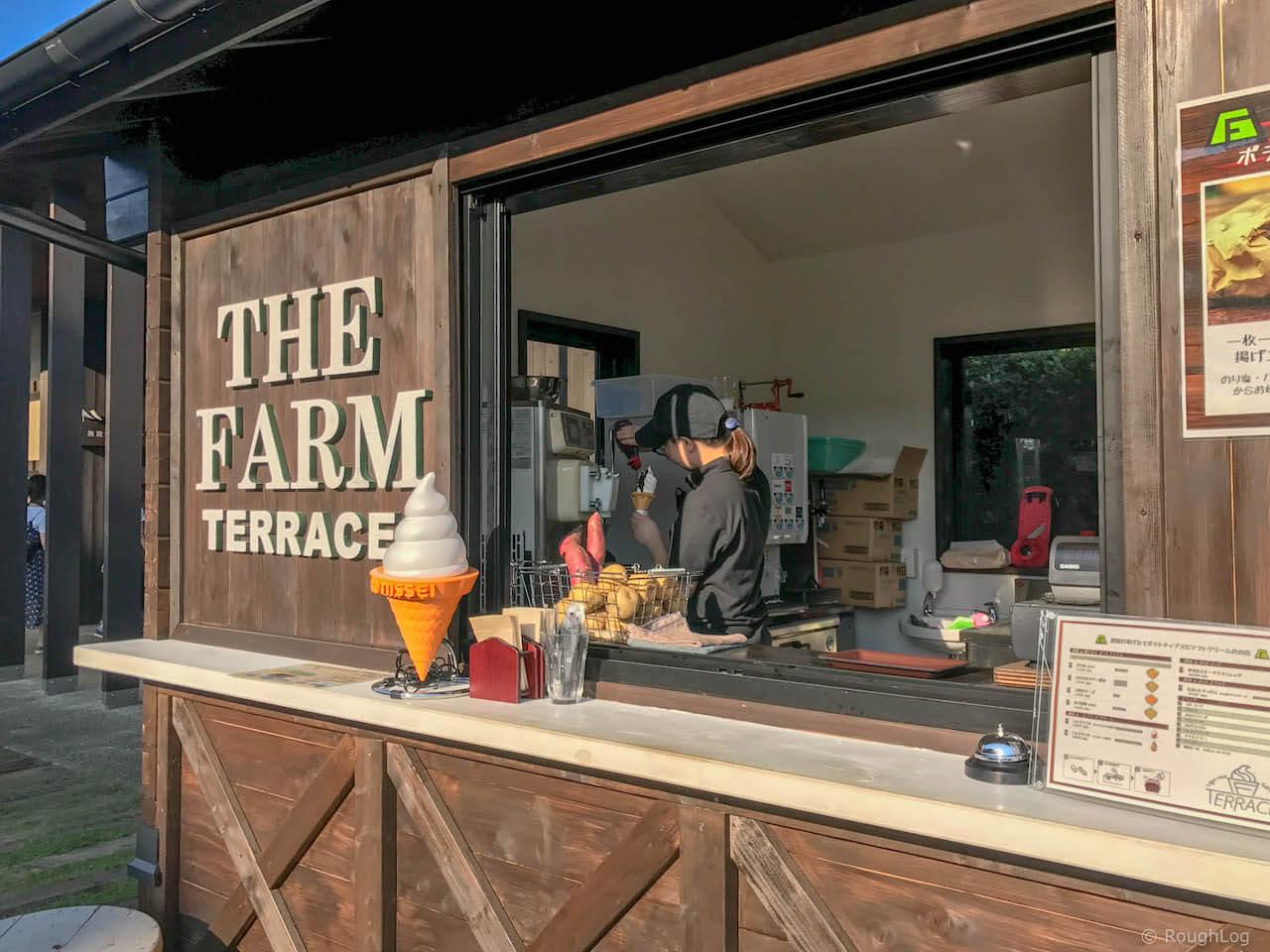 THE FARM TERRACEでソフトクリームを食べる