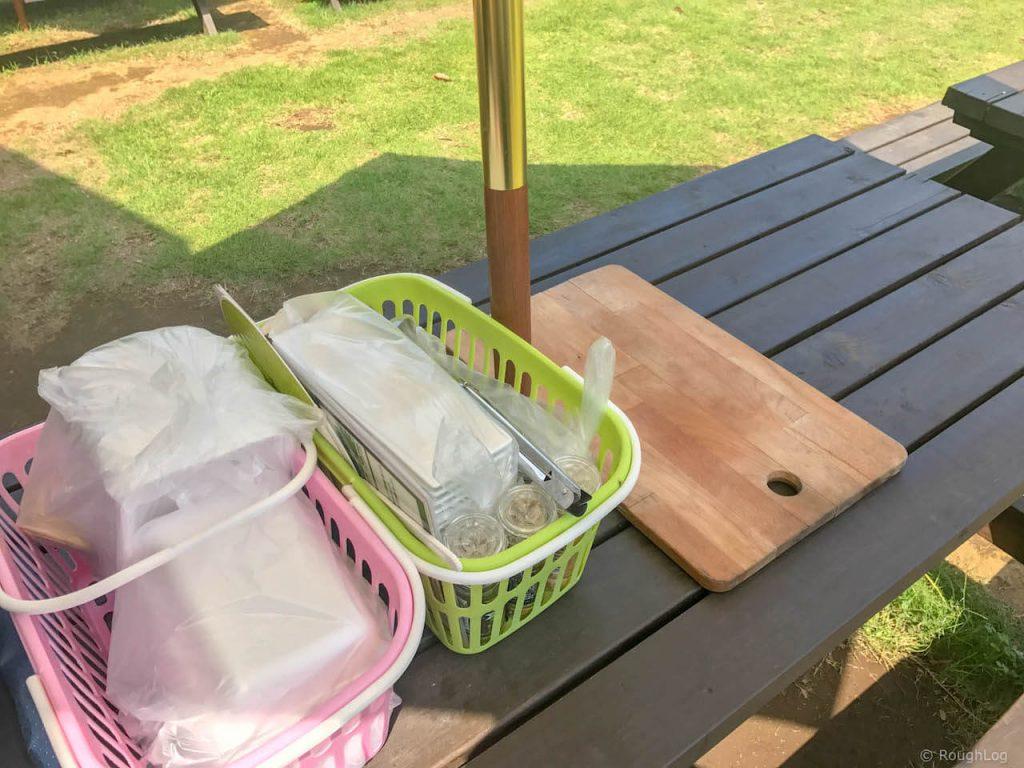 テーブルには食材や食器が準備されています