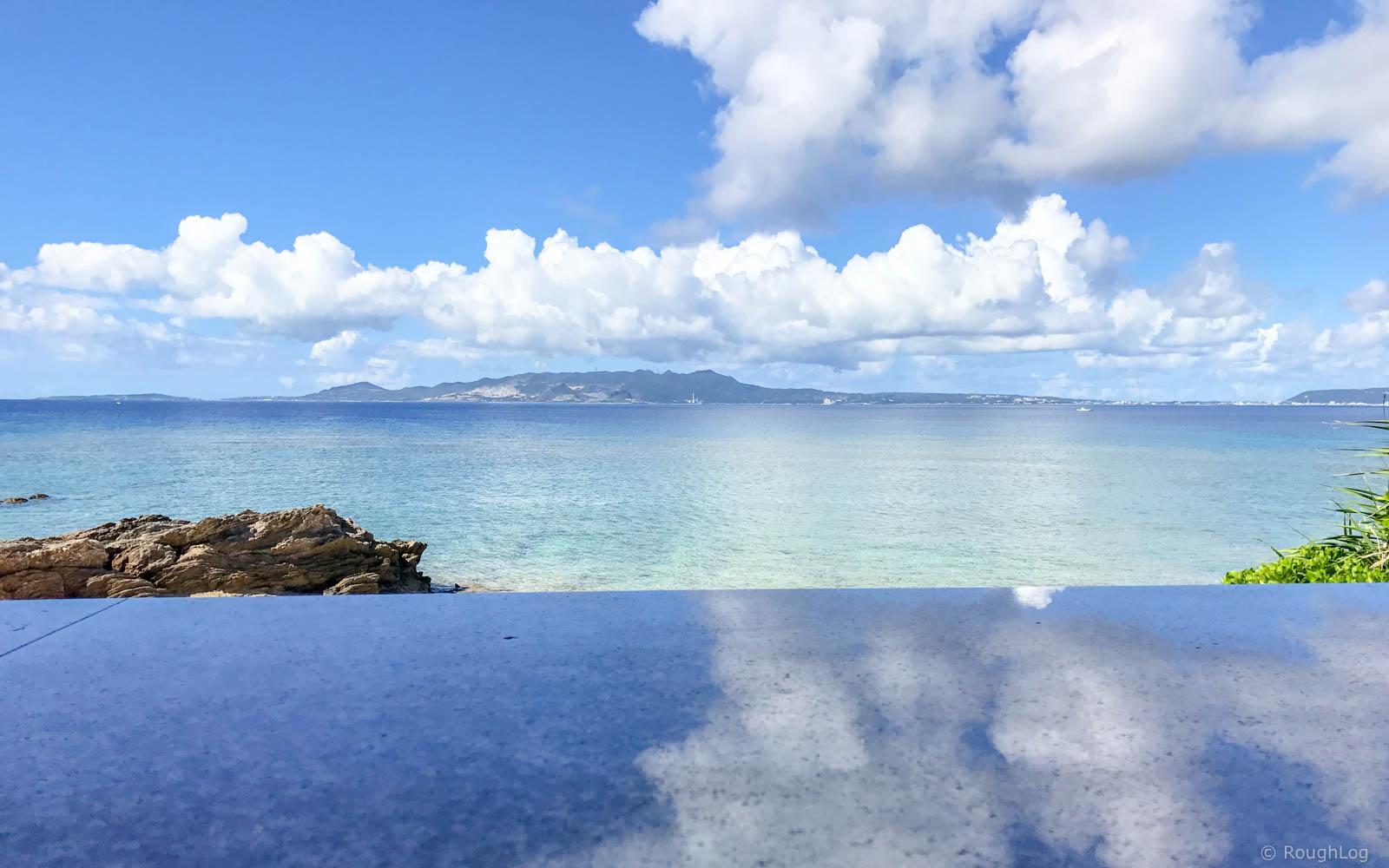 ビーチテラスカフェ ダイヤモンドブルーから眺める恩納村の海