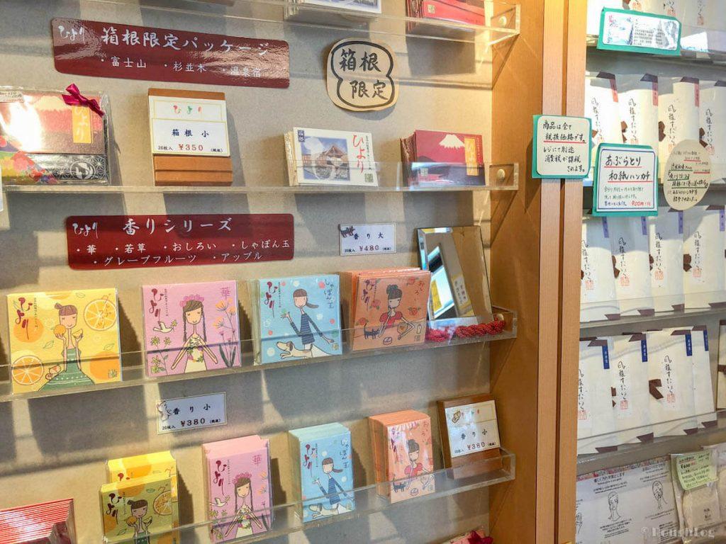 あぶらとり紙専門店 ひより 箱根湯本店の壁一面に陳列されている「あぶらとり紙」