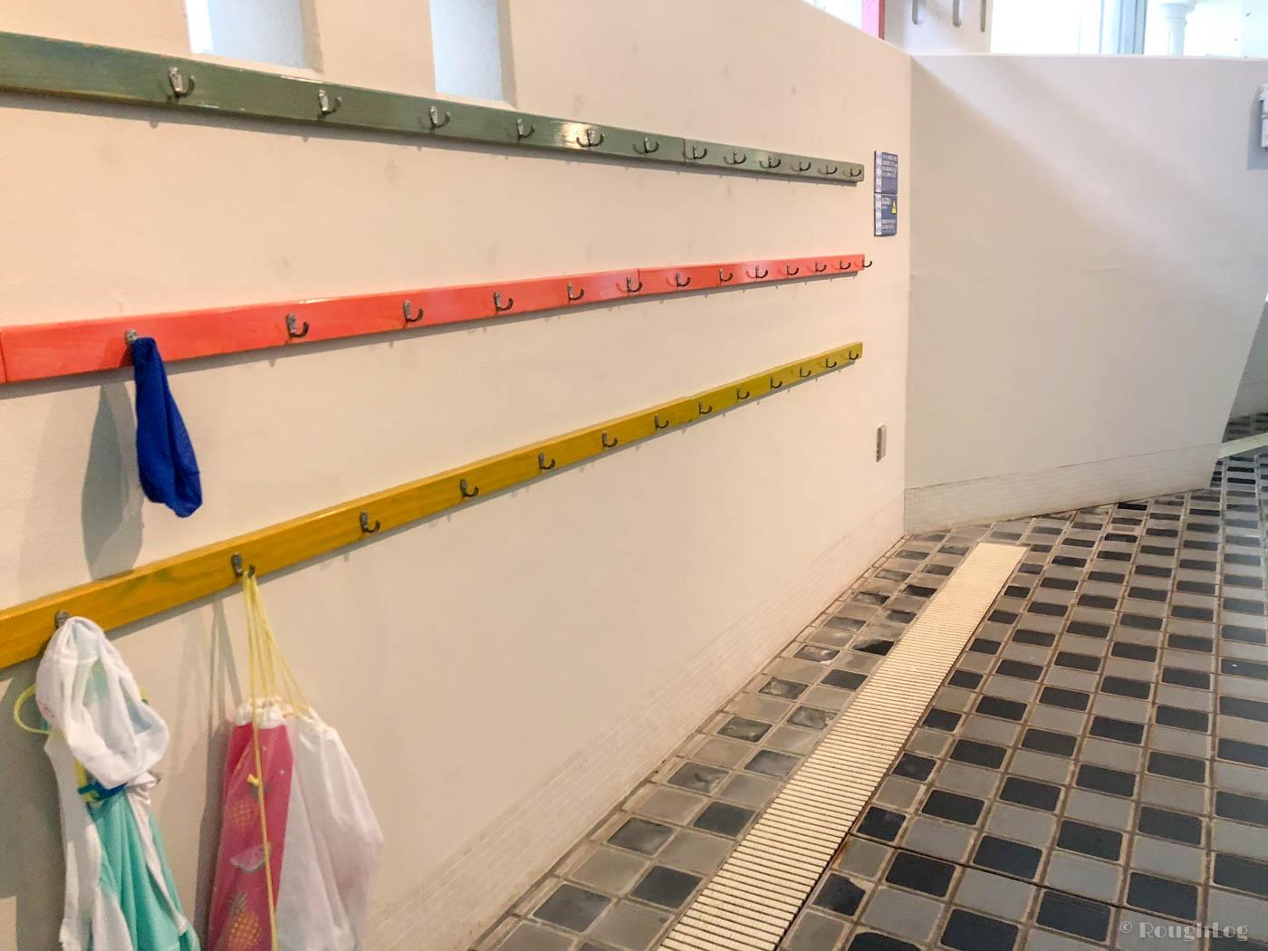 箱根小涌園ユネッサンは壁という壁にフックが取り付けされているので荷物を掛けておける