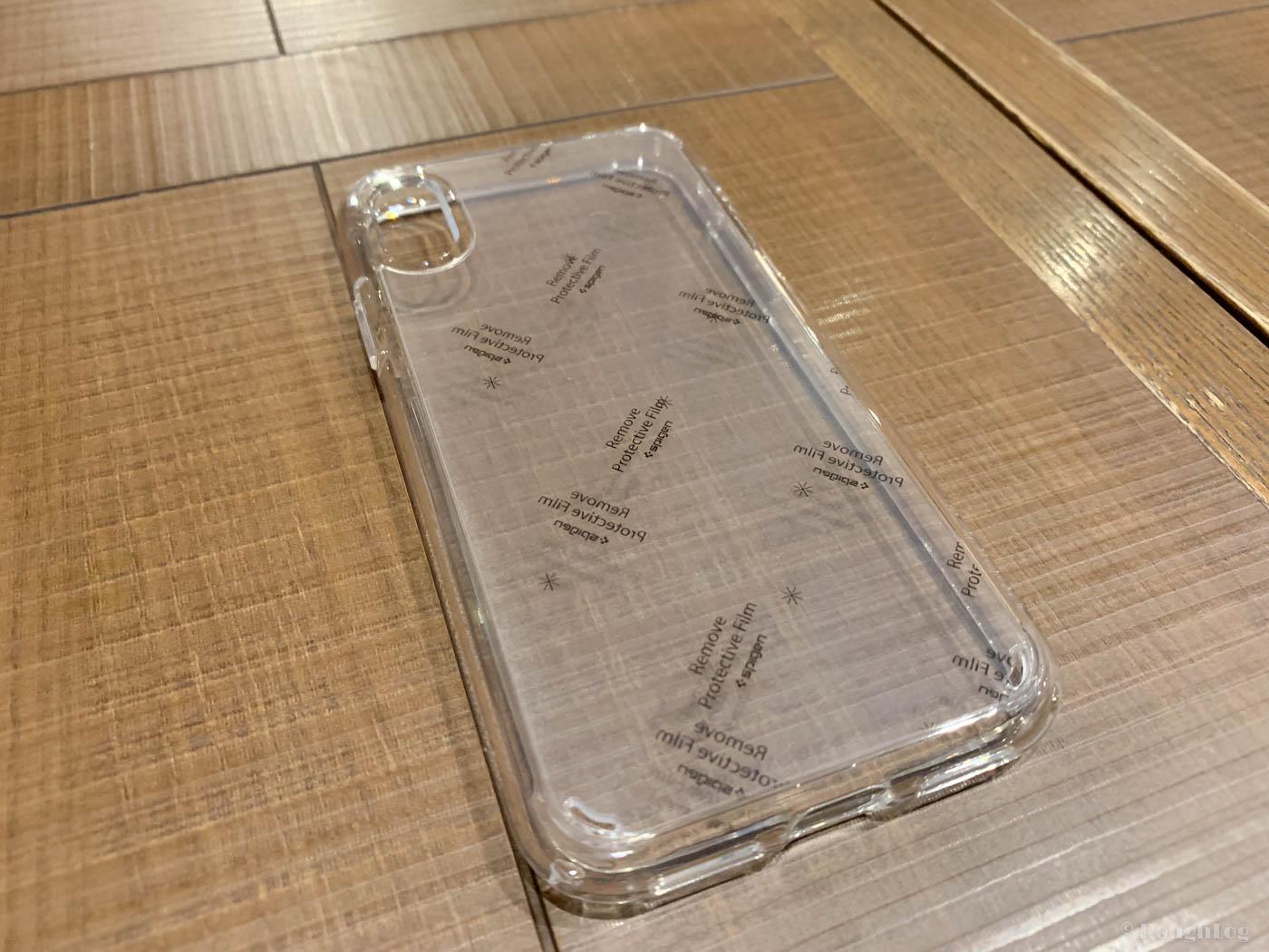 Spigen製iPhoneXSケース「ウルトラハイブリッド」には傷防止のために保護シートが貼られている