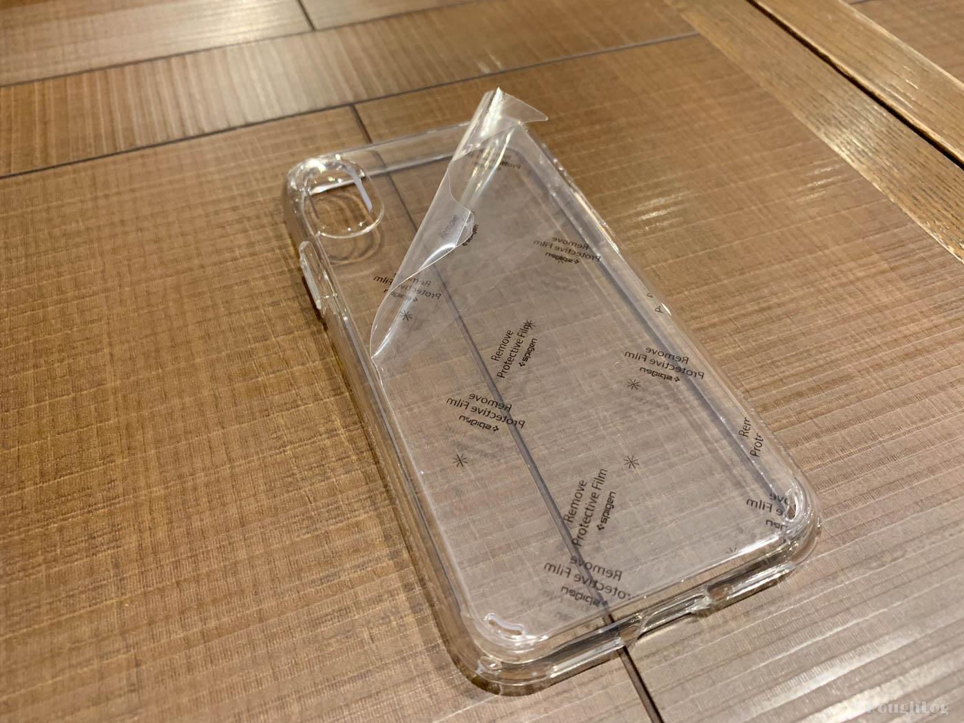 Spigen製iPhoneXSケース「ウルトラハイブリッド 」には傷防止のために保護シートが貼られている