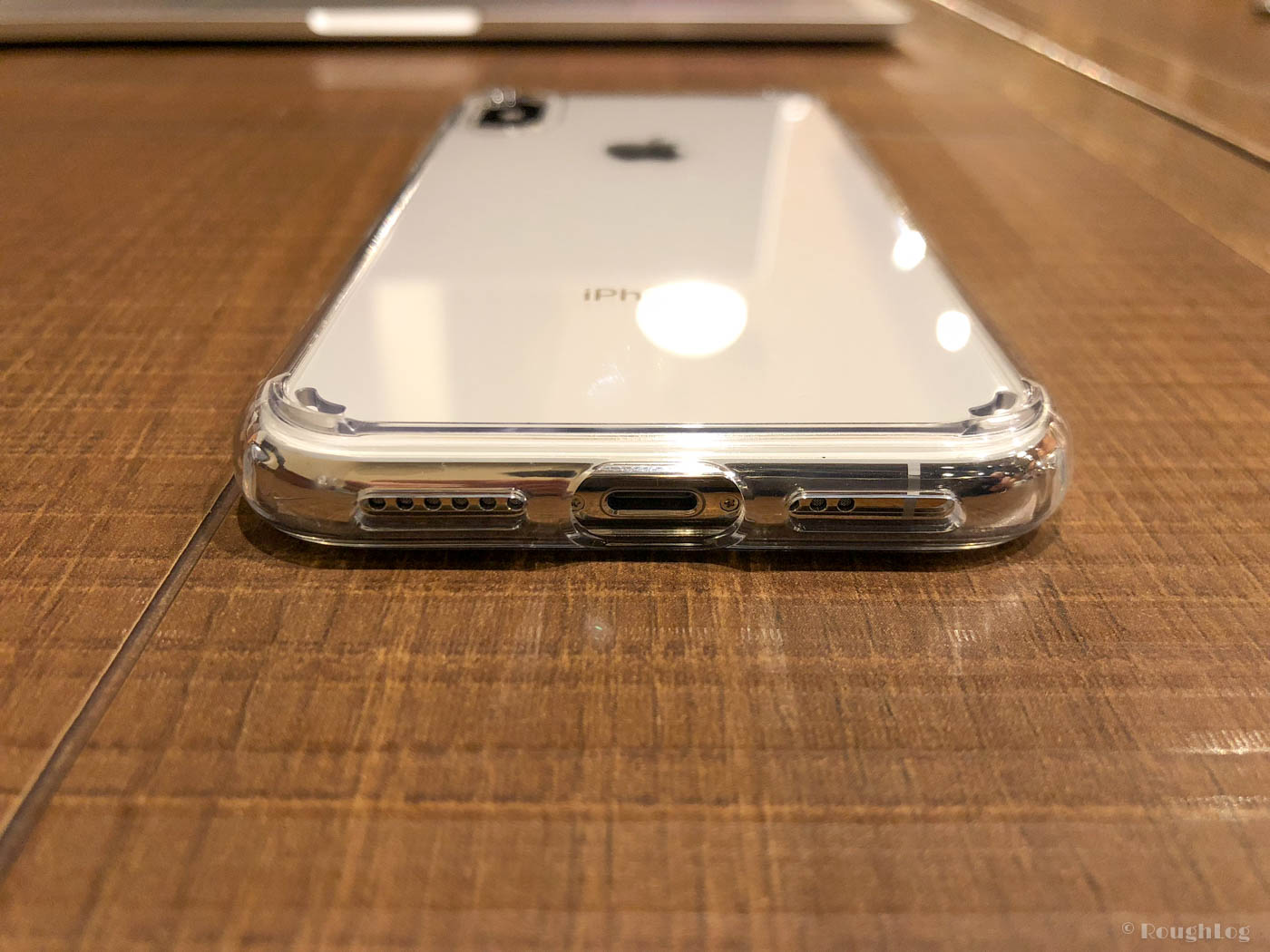 【iPhoneケース】SpigenウルトラハイブリッドLightning端子部分は大きめに開いている