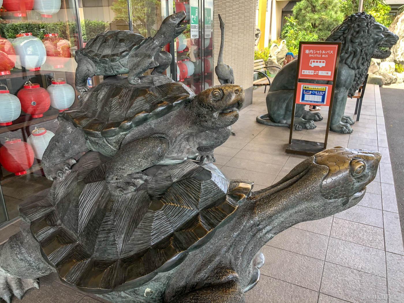 龍宮城スパホテル三日月には多数のブロンズ像がある