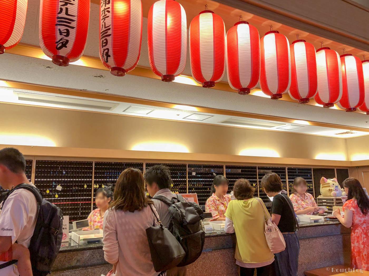 龍宮城スパホテル三日月のフロントは夏休み期間中で大混雑