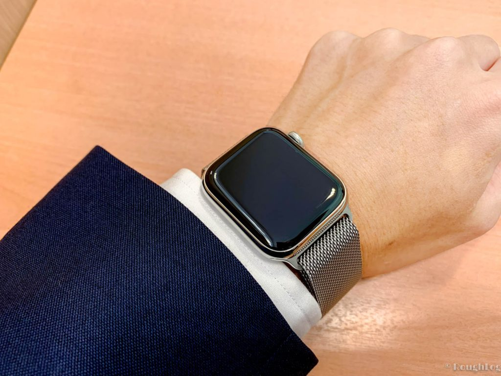 Apple Watch 4ステンレススチールはスーツスタイルにも合う