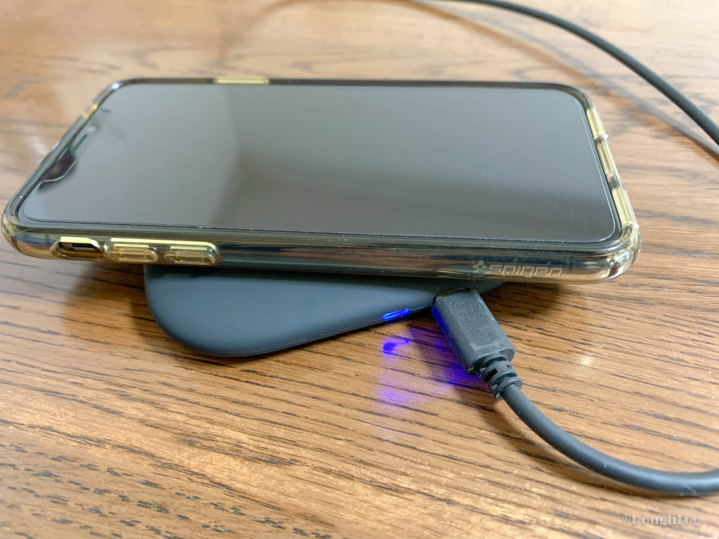 Dodocool製Qiワイヤレス充電器にSpigenのスマホケースを装着したiPhoneXをセットして充電中