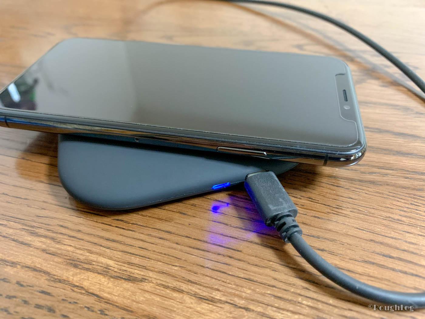 dodocool製Qiワイヤレス充電器にスマホをセット。充電開始とともにLEDライトは青色に点灯