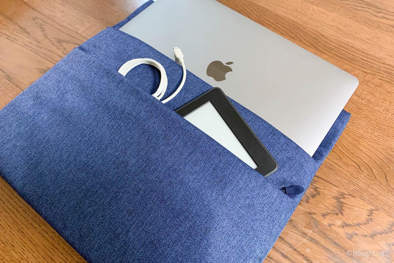InateckインナーケースのサイドポケットにKindle Paperwhiteを収納
