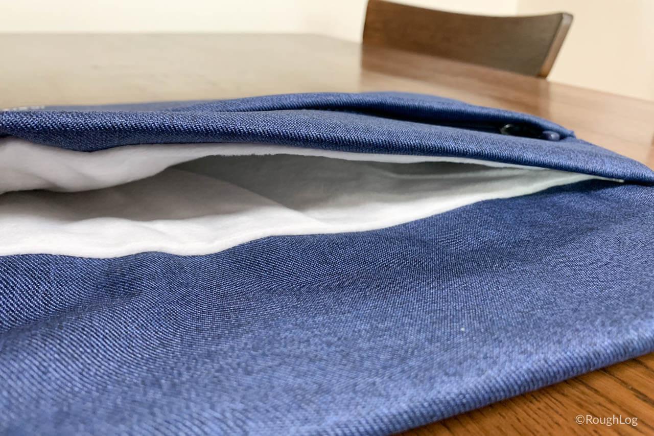 Inateckインナーケースのメインポケットは柔らかいフランネル素材
