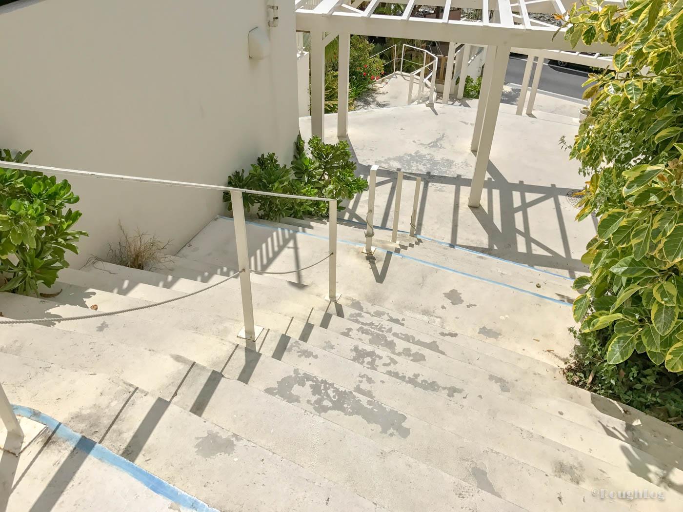瀬長島ウミカジテラスは傾斜地にあるので階段も多い