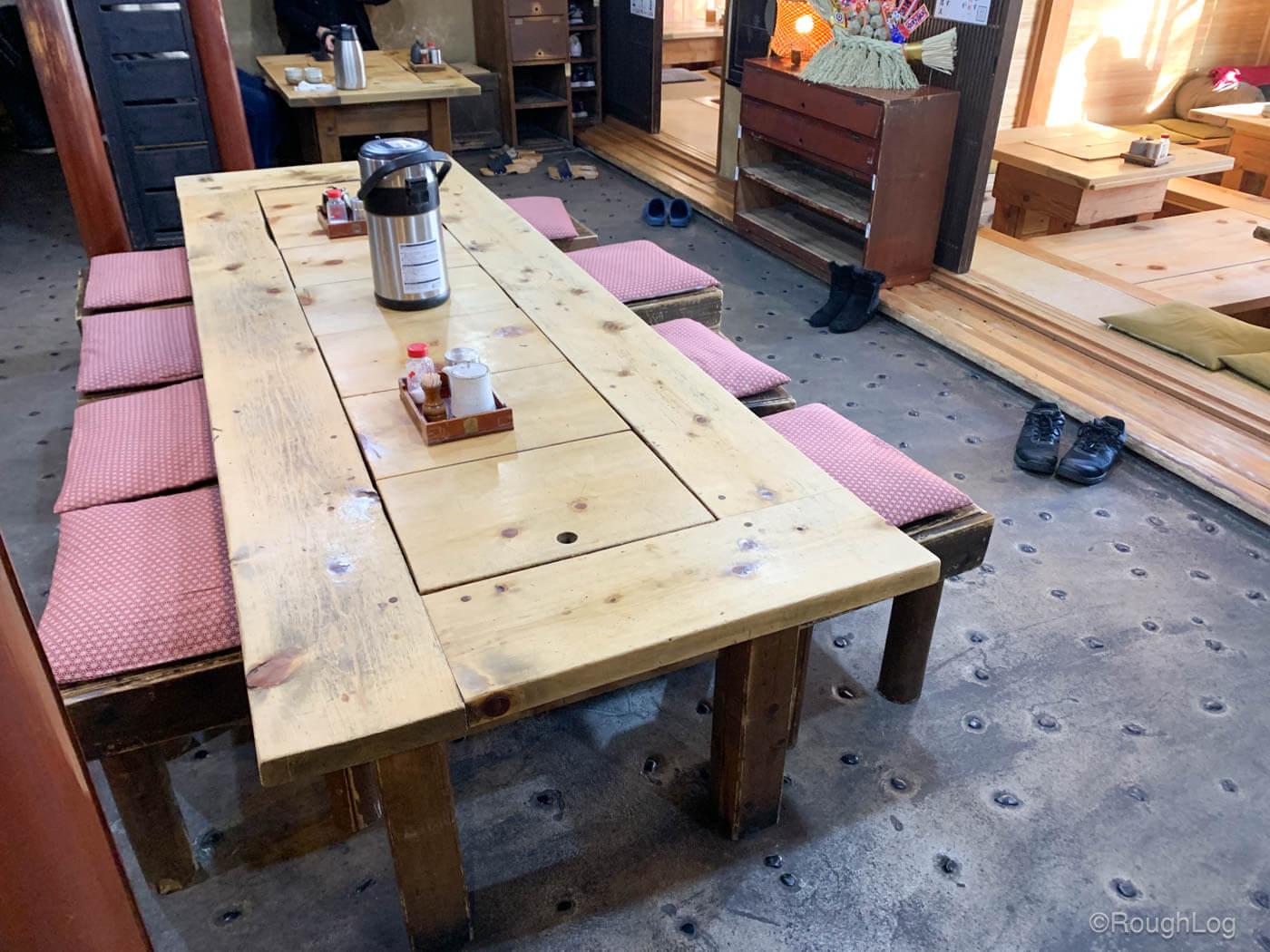 囲炉茶屋の古民家風で趣のある店内