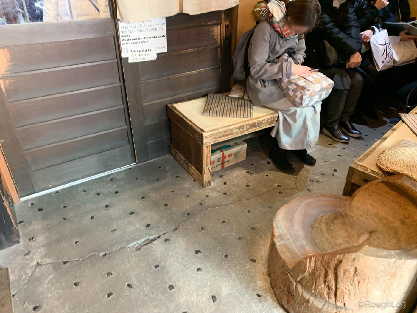 囲炉茶屋の入り口隣には椅子が設置されている