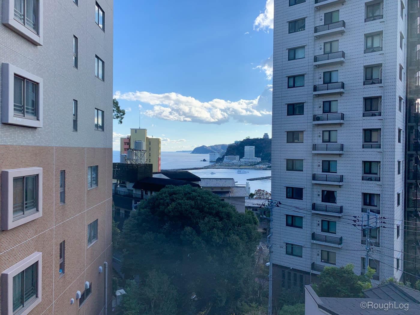 2階お座敷の窓からは熱海の海を眺めることができる