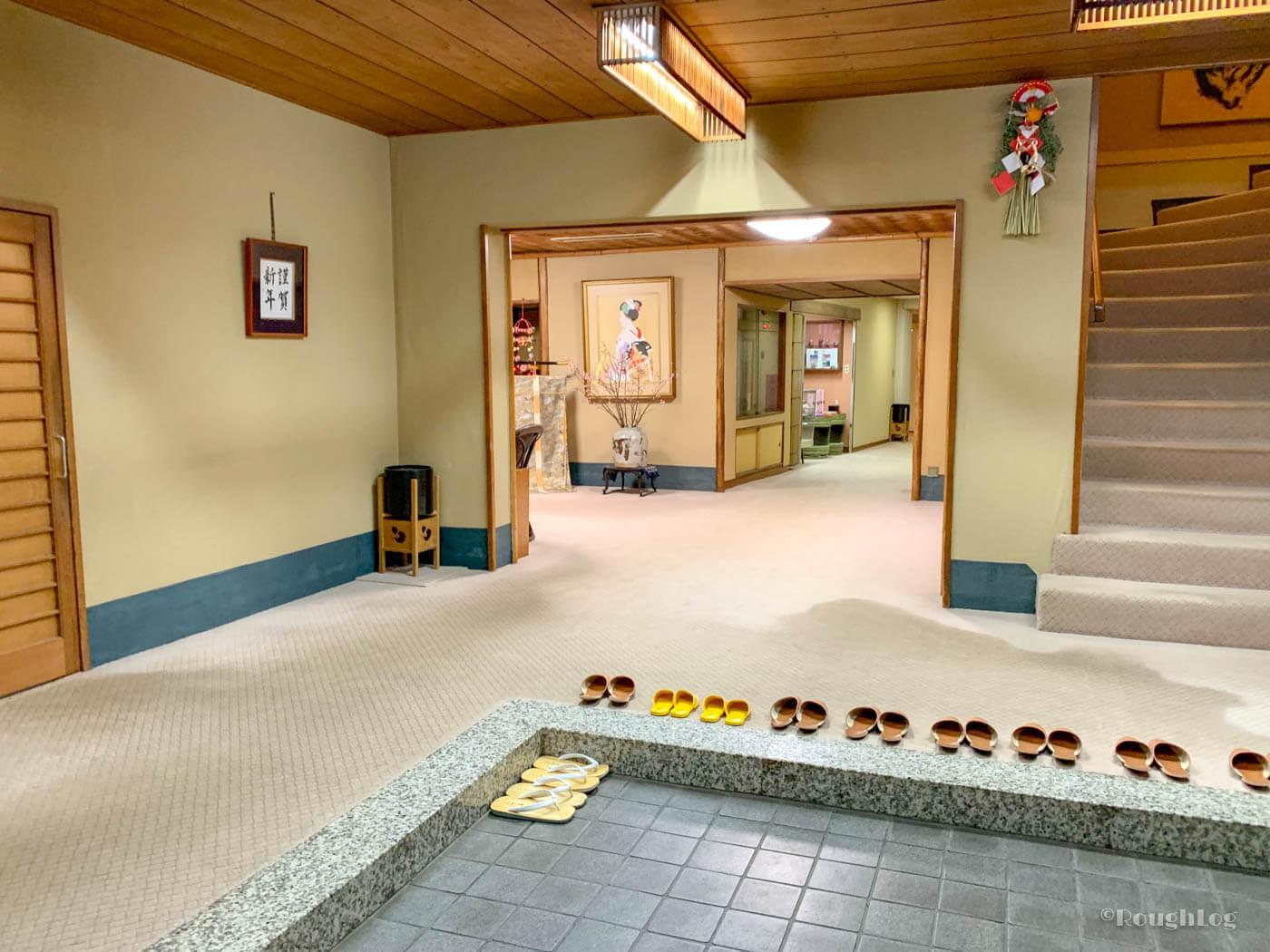 三平荘の玄関口。靴を脱ぎ、本日泊まる客室までご案内いただきました