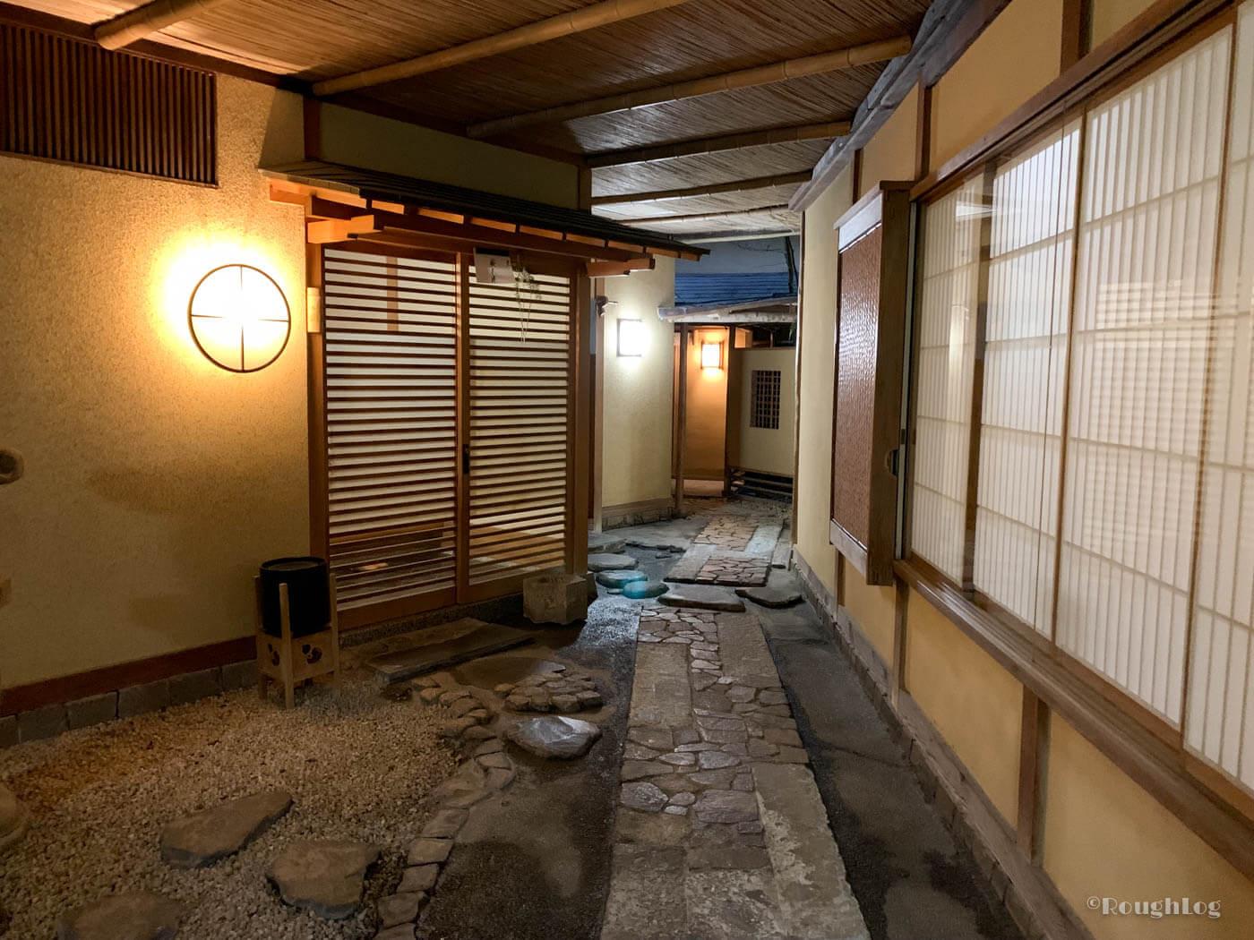 三平荘の離れ客室に向かう通路