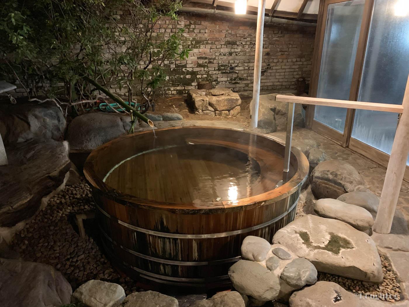 三平荘の大浴場上の湯。2種類の露天風呂(温泉)付き