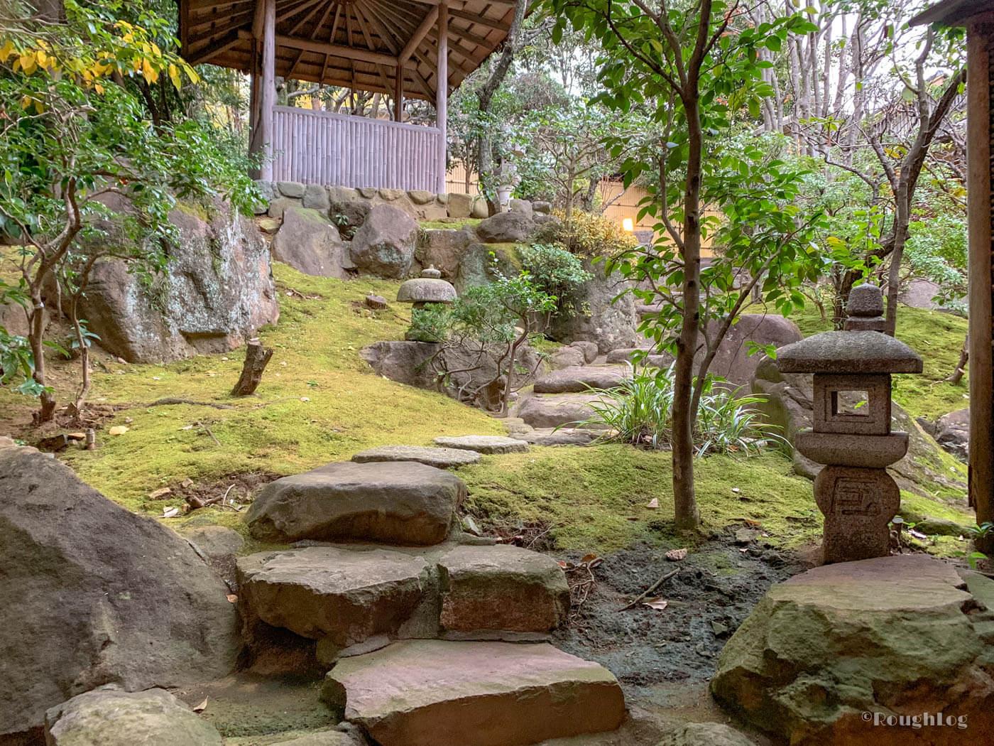 三平荘の離れ葵は窓を開けると中庭に出れる。通路はそのまま大浴場に繋がっています。