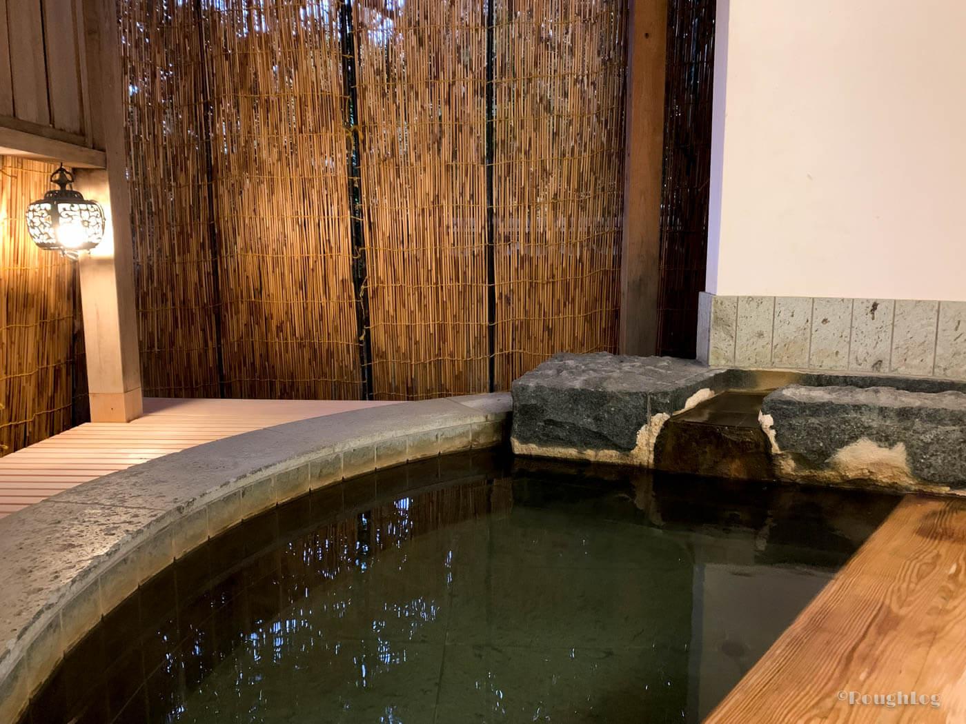 三平荘の離れ葵。室内には半露天風呂の温泉付き。