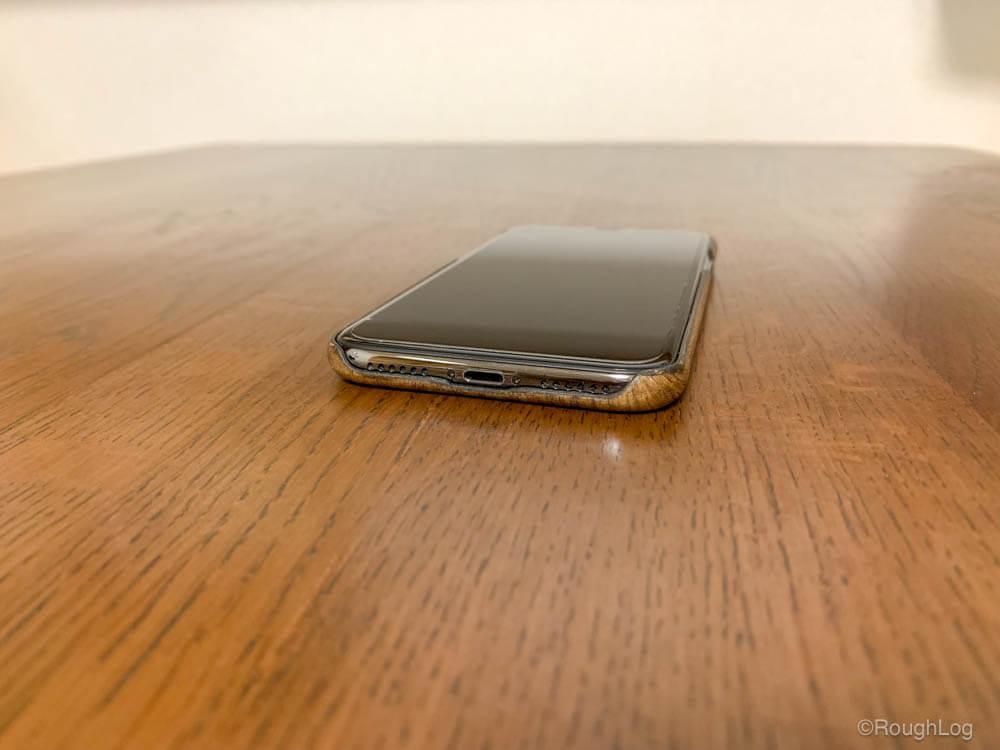 WOODWE ウォールナット ハードウッドケースを装着したiPhone(Lightning・スピーカー側)