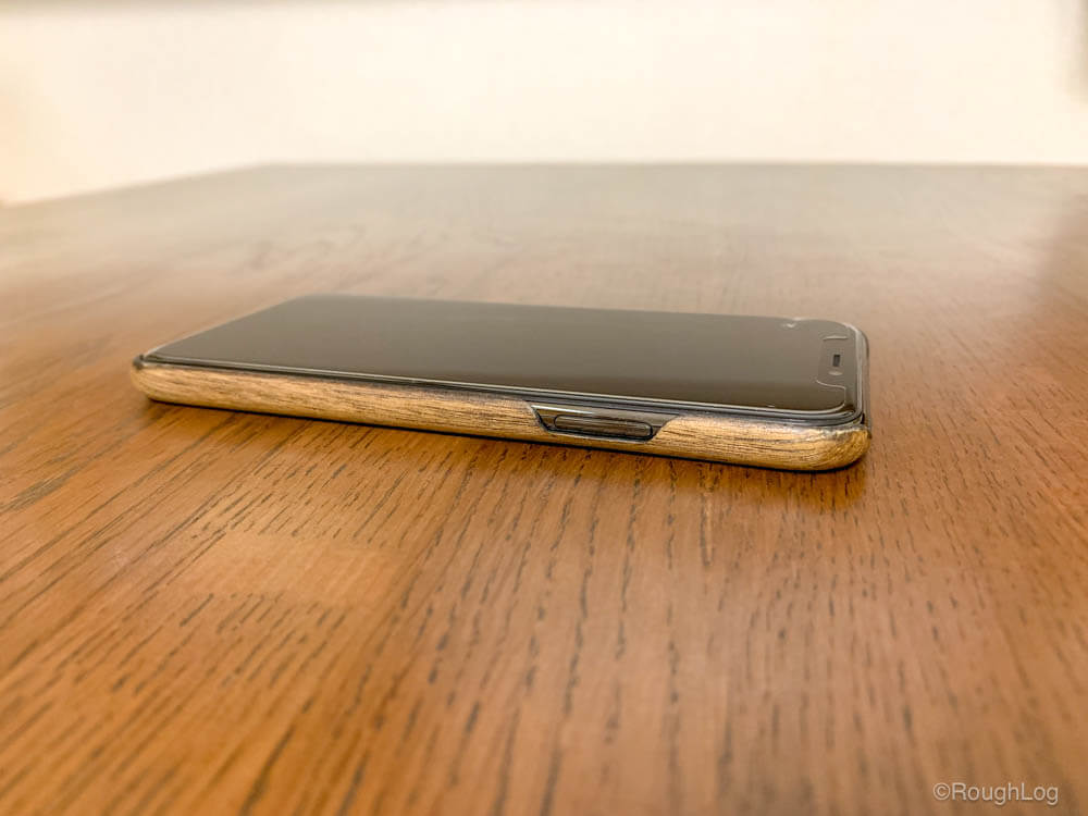 WOODWE ウォールナット ハードウッドケースを装着したiPhone(サイドボタン側)