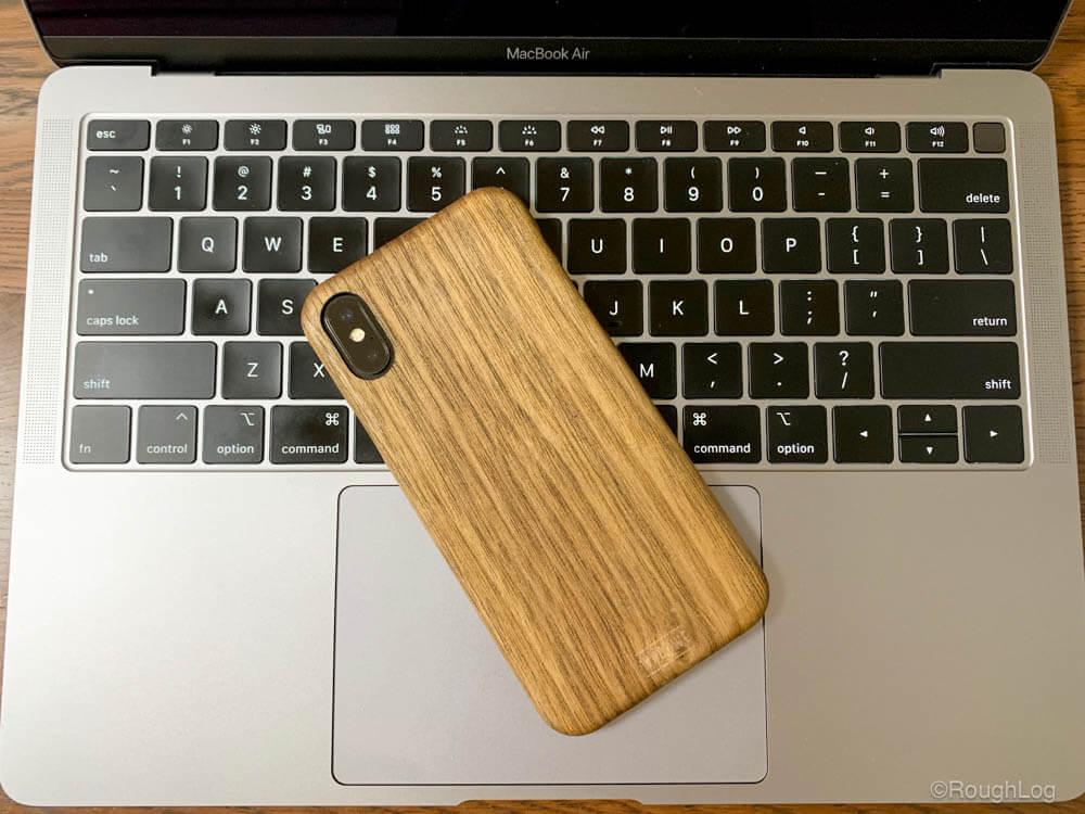 WOODWE ウォールナット ハードウッドケースを装着したiPhoneとMacBook Air