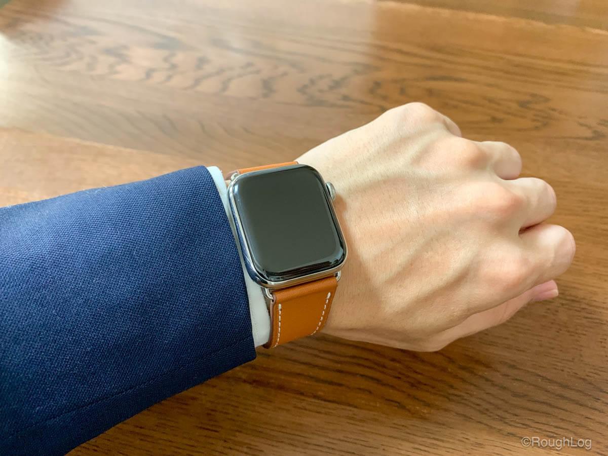 Wollpo Apple Watch レザーバンドはオンオフ使えるシンプルなデザイン、スーツにも合う