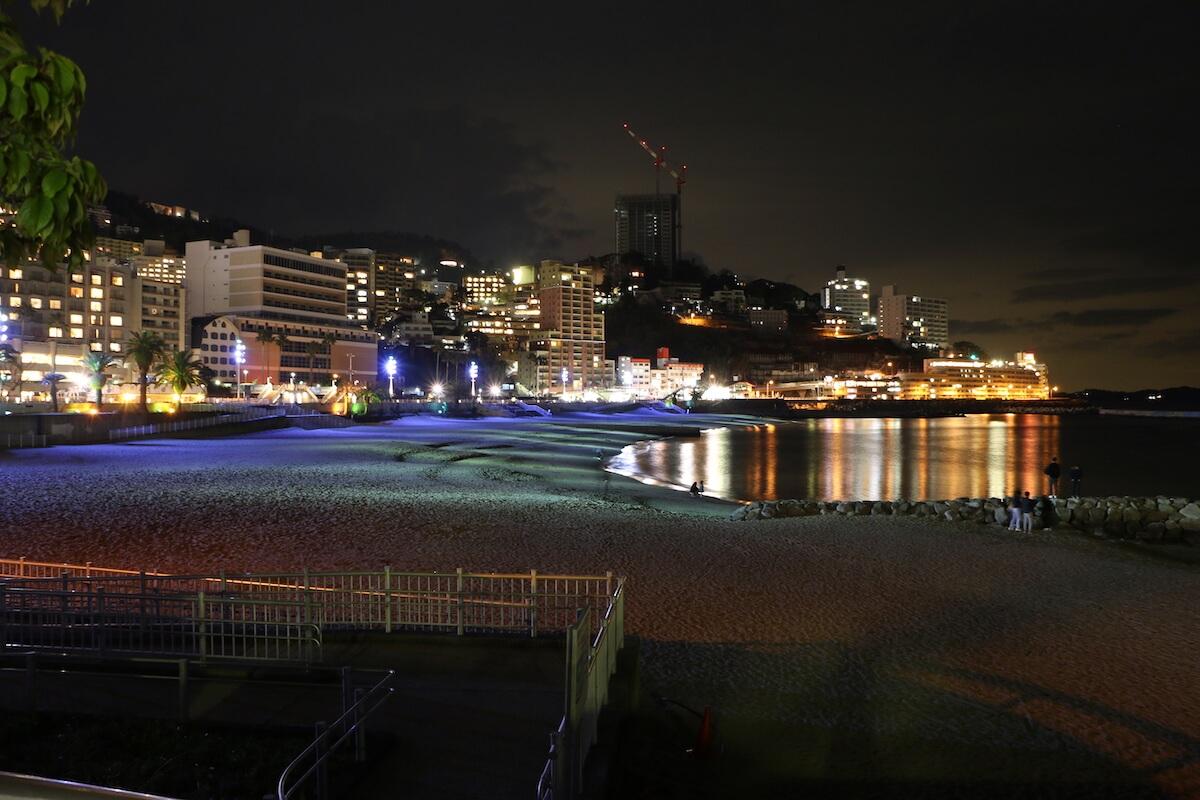 夜はライトアップされる熱海サンビーチ