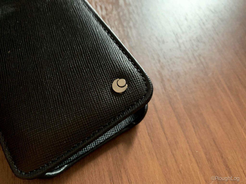 Noreve iPhone XS レザーケース 水平型フラップ、角には小さくNoreveのブランドロゴ