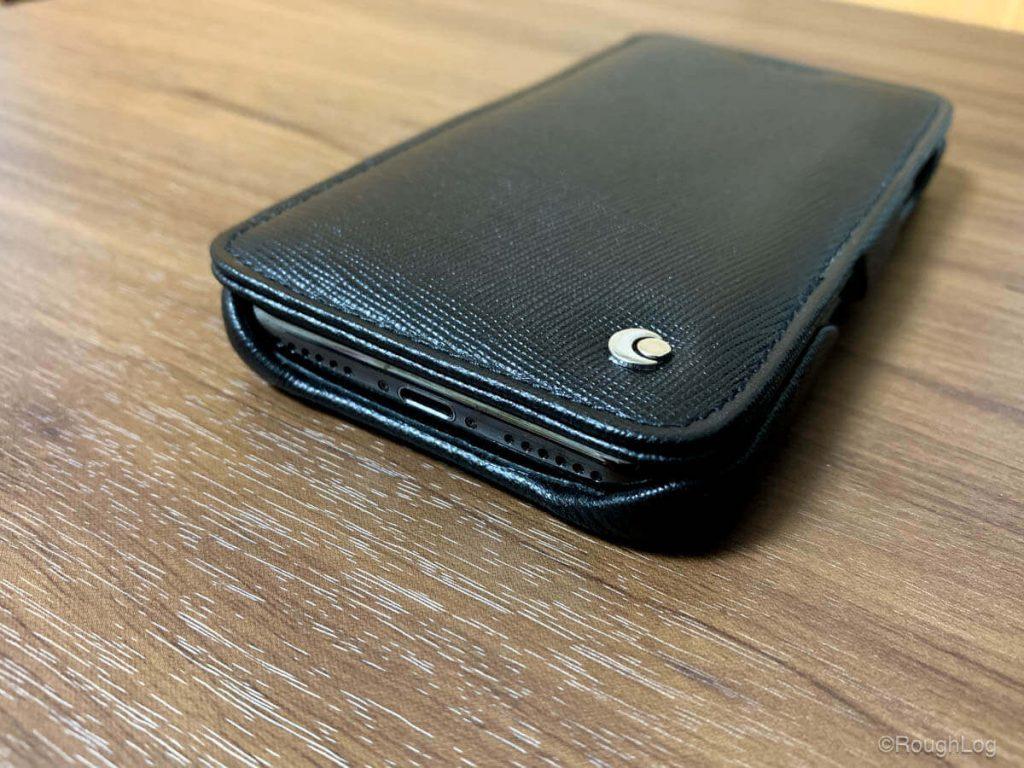NoreveのiPhoneレザーケースはコネクタ両端のスピーカーまでしっかり開放されているので音もクリアに聞こえますし、太めのコネクタでも接続への影響はなさそう