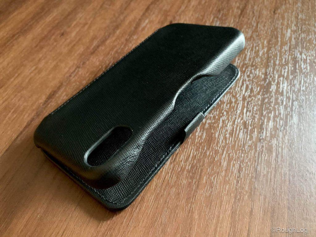 Noreve iPhone XS レザーケース 水平型フラップはマグネットやボタンなど留め具は使われていない手帳型のケースで、中央にあるツメのような部分をiPhoneの側面に引っ掛けて閉じるようにできています
