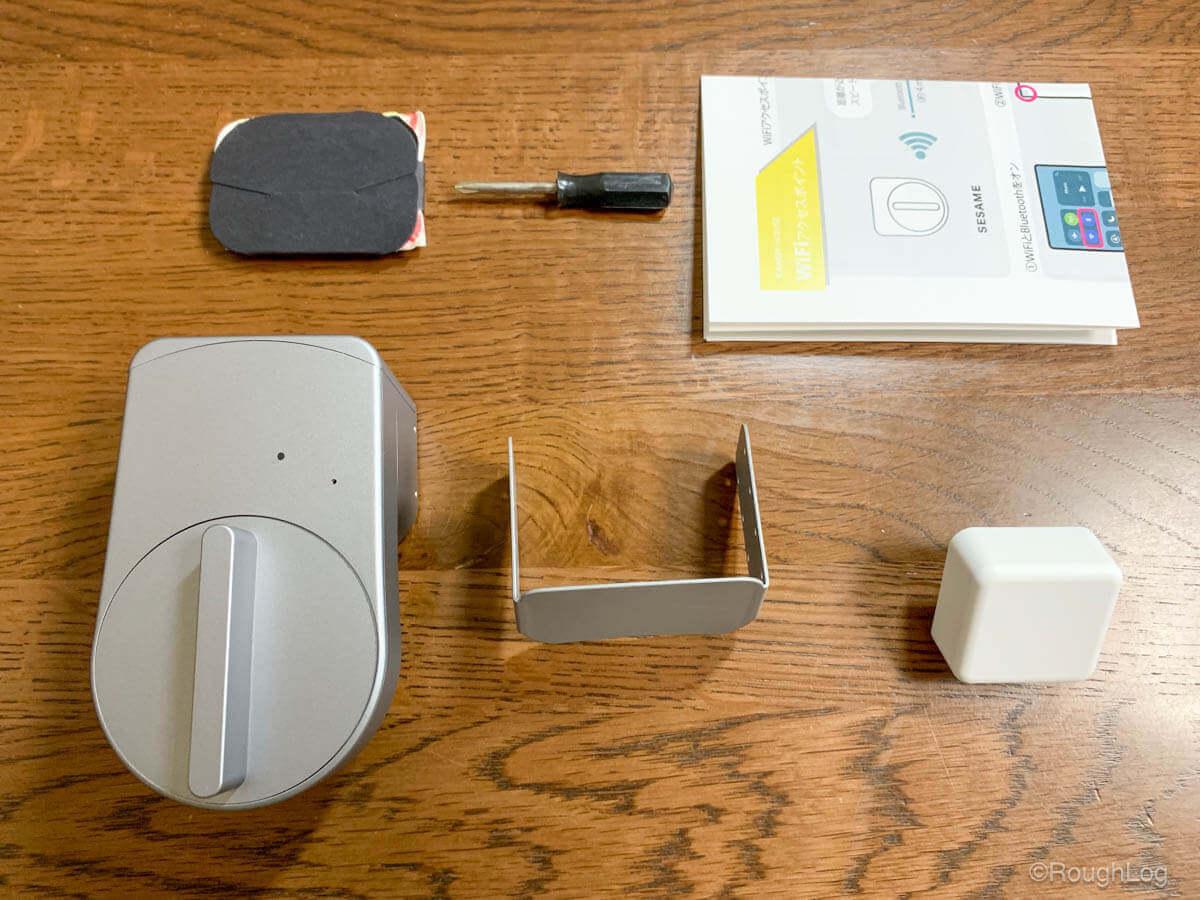 箱の中にはセサミ mini本体の他、WiFiアクセスポイント、取り付け時に使うアダプター、予備の粘着テープとネジ、プラスドライバー、取扱説明書が入っています