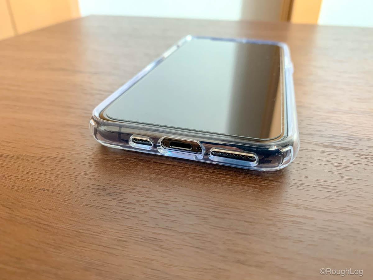 iPhoneケース Spigen ウルトラハイブリッドを装着すると下部のライトニングコネクタやスピーカー部分は形に合わせて露出します