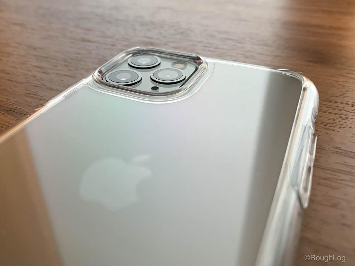 iPhoneケース Spigen ウルトラハイブリッドはフチがディスプレイやカメラより若干高く設計されているので本体をしっかり保護